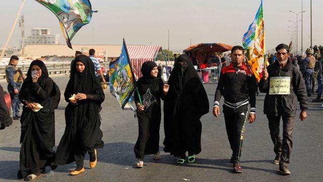 زوار شيعة متوجهين الى كدينة كربلاء في زيارة الأربعين