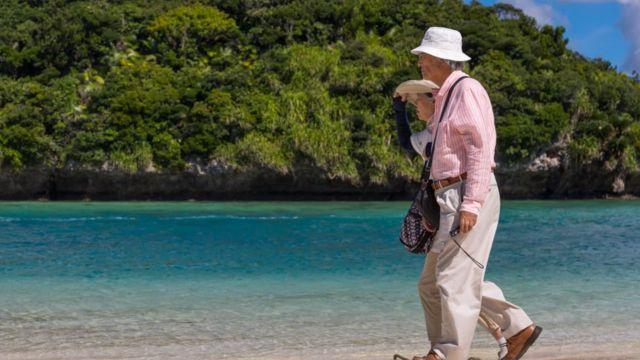 Pareja de adultos mayores en Okinawa