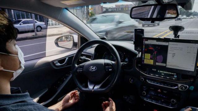 شخص داخل سيارة ذاتية القيادة