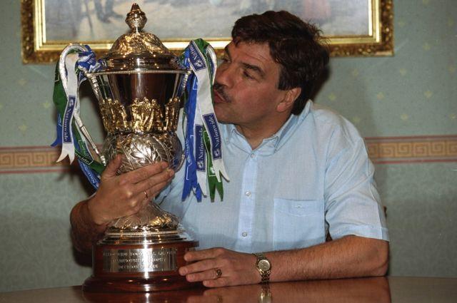 Sam Allardyce besa el trofeo.