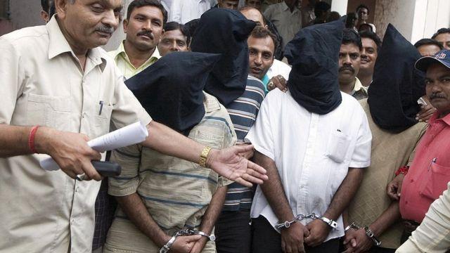 अहमदाबाद में अगस्त 2008 में गिरफ़्तार किए गए सिमी नेता सफ़दर नागोरी और उनके साथी