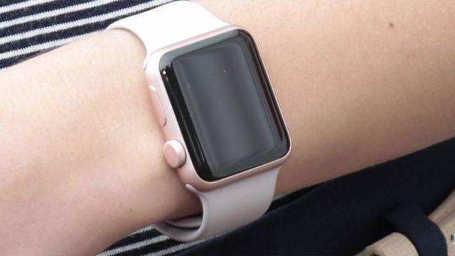 นาฬิกาสมาร์ทวอทช์สามารถติดตามการเคลื่อนไหวและอัตราการเต้นของหัวใจของผู้สวมใส่