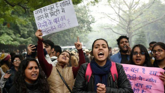 जगह- दिल्ली: प्लेकार्ड में राहत इंदौरी का शेर- सभी का खून है शामिल यहाँ की मिटटी में किसी के बाप का हिंदुस्तान थोड़ी है