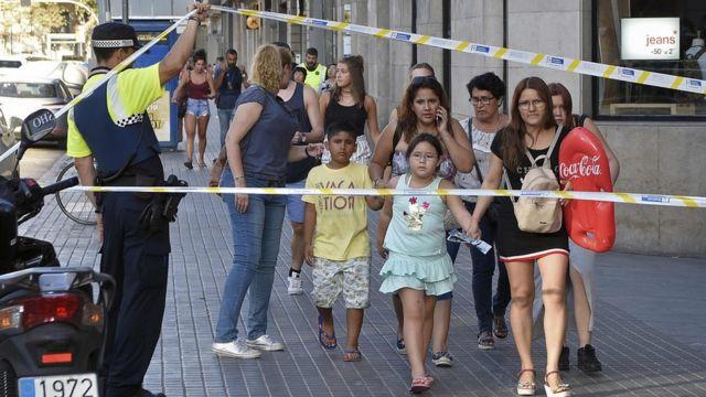 Niños y adultos huyendo de Las Ramblas de Barcelona, donde tuvo lugar un ataque terrorista el 17 de agosto.