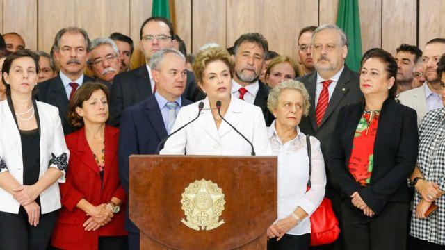 """Para professor do Insper, """"vitimização"""" de Dilma após o impeachment ajudou a melhorar aprovação da petista"""