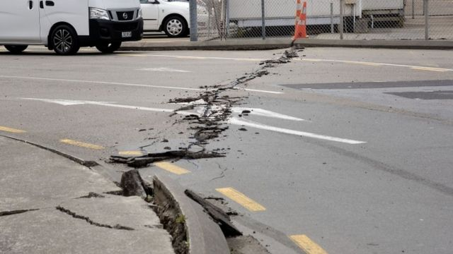 भूकंप की वजह से सड़क में आई दरार.