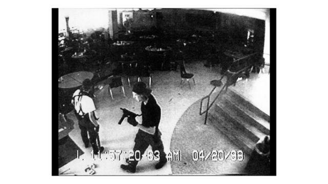 Eric Harris y Dylan Kelbold son captados por las cámaras de seguridad en la escuela secundaria de Columbine, durante el ataque que perpetraron contra los alumnos y los maestros, en 1999.