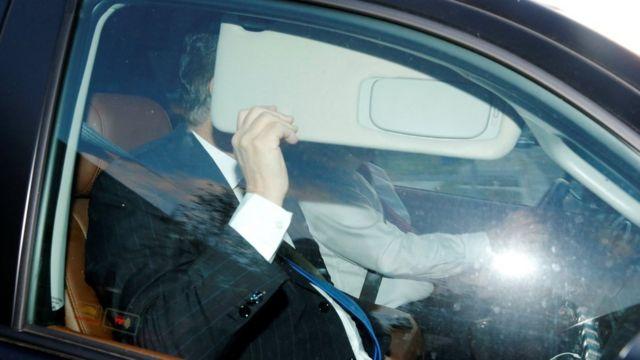Paul Manafort tapándose la cara al llegar al FBI.