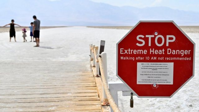 Letrero que advierte sobre calor extremo