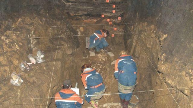 Imagem mostra pesquisadores durante escavações em caverna denisovana, na Rússia