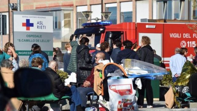 इटली के रीएटी में भूकंप के बाद खाली कराए गए अस्पताल में मरीज