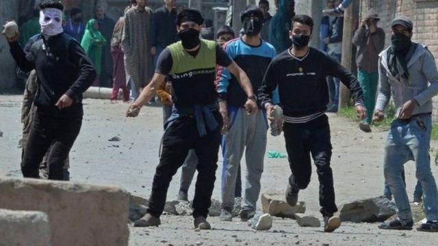 कश्मीर में पत्थरबाजी