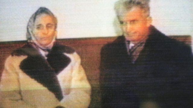 Elena Ceausescu y su esposo, el líder comunista Nicolae Ceausescu, horas antes de ser fusilados el 25 de diciembre de 1989.
