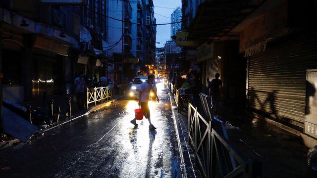 澳门某街区居民在停电下抹黑搬运食用水(24/8/2017)