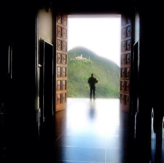 Vista a través de un umbral desde el cerro de Monserrate, en Bogotá, Colombia