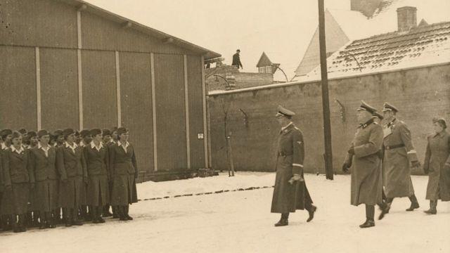Глава СС Генрих Гиммлер во время посещения Равенсбрюка в январе 1941 года