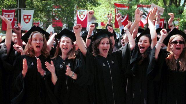 このハーバード大学卒業生たちは、自分が望めば、子供を持つ前に自分のキャリアを形成する自由を当たり前だと考えることができた