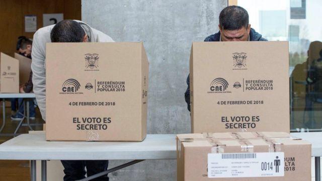 Ecuatorianos votando