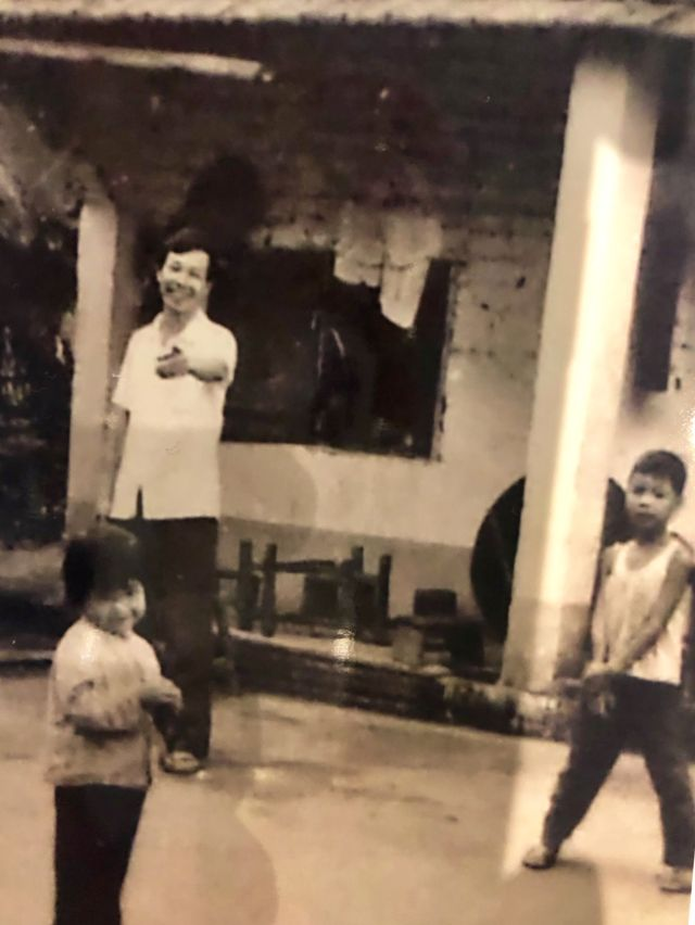 Amie hồi nhỏ cùng cha và anh trai