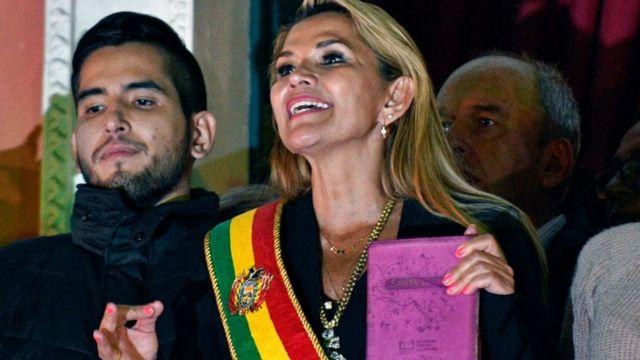 Áñez, al tomar posesión como presidenta de Bolivia.