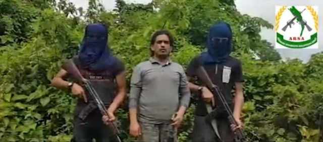 Arsa công bố một số video cho thấy người đứng đầu Ata Ullah (giữa)