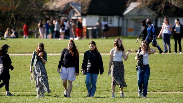 Mujeres jóvenes en un parque de Londres.