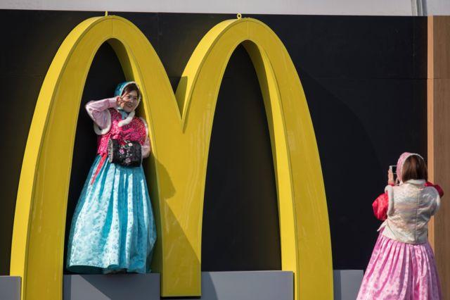 عکس گرفتن دوزن در بیرون رستوران دهکده المپیک زمستانی پیونگ چانگ کره جنوبی