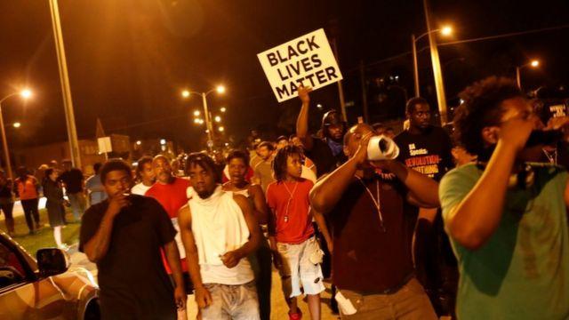 14日夜も抗議デモは続いた(ウィスコンシン州ミルウォーキー)