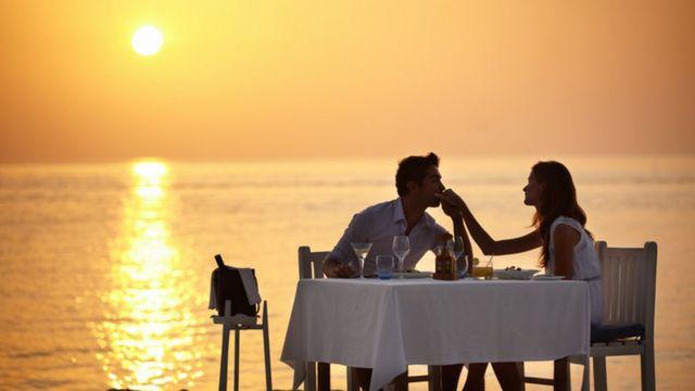 Par koji uživa u romantičnoj večeri na plaži