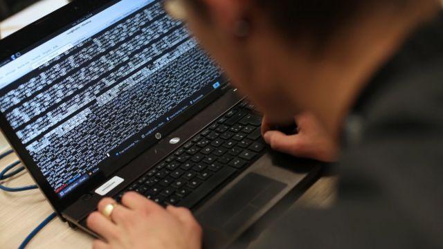 Хакер и ноутбук