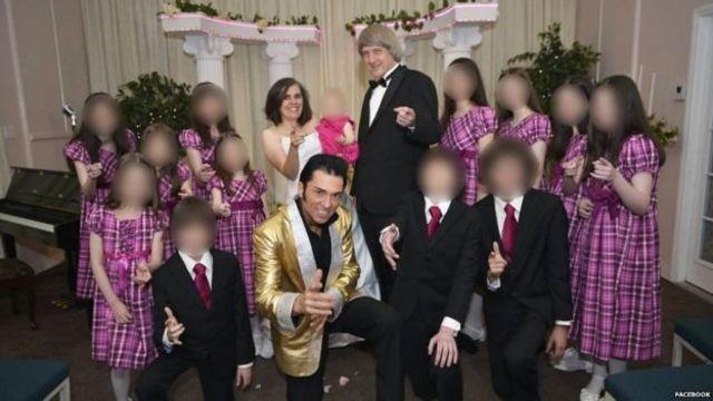 ครอบครัวเทอร์พินกับผู้แต่งกายเลียนแบบเอลวิส เพรสลีย์ ที่ลาสเวกัส ขณะที่นายเดวิดและนางลูอิสทำพิธีสมรสกันอีกครั้ง