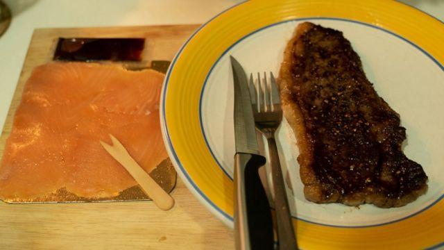 烹饪后的自动售货机海鲜牛排套餐。