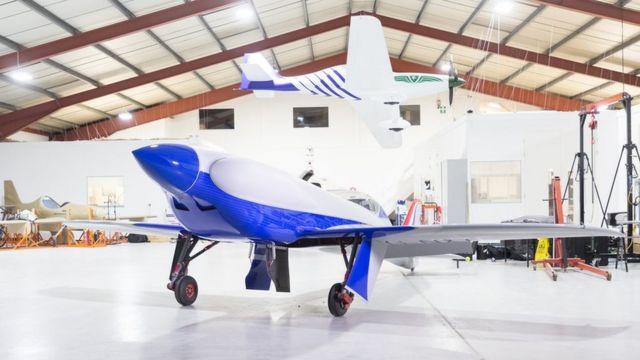 Aeronave no centro de salão