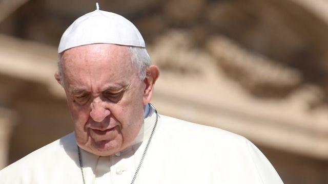 Fotografia do Papa Francisco olhando para baixo