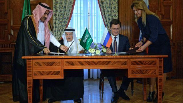 Министр энергетики РФ Александр Новак и глава министерства нефти Саудовской Аравии Али аль-Наими во время подписания документов