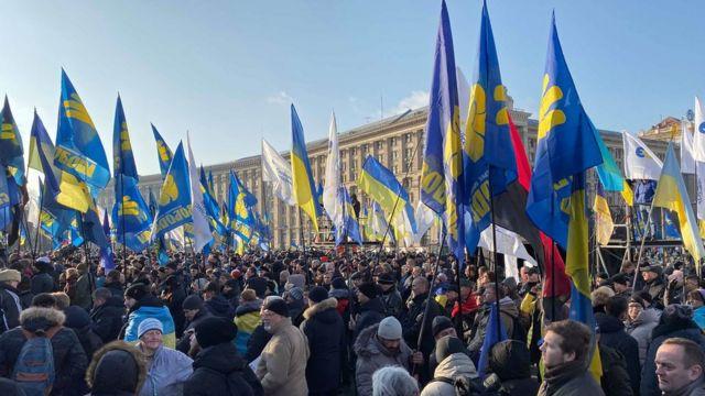 В Киеве прошли акции протеста перед встречей Путина и Зеленского в Париже -  BBC News Русская служба