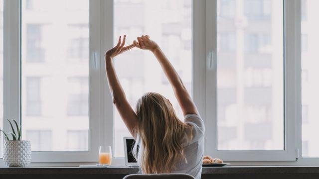 Una mujer hace ejercicios de estiramientos.