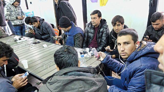 Des migrants utilisent le wifi pour accéder à Internet