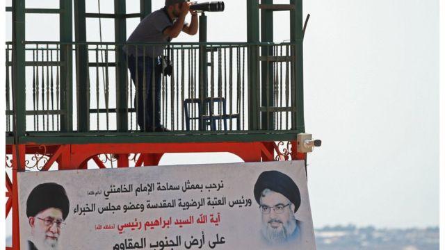 أحد أفراد حزب الله ينظر من خلال نظارة معظمة
