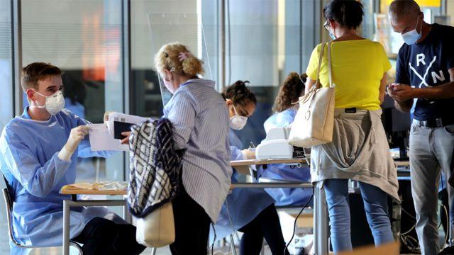 Viajantes fazem fila para teste de covid-19 em aeroporto na Alemanha