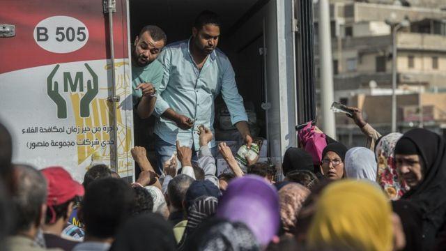 مجموعة من المستهلكين المصريين أمام منفذ لبيع البضائع