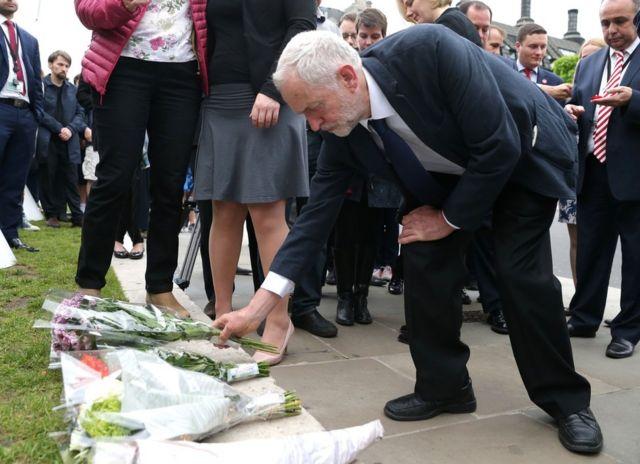 ロンドンの議事堂前に花束を手向けるコービン労働党党首