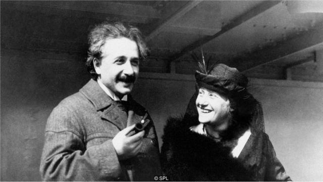 చేతిలో పైప్తో ఎల్సాతో కలిసివున్న ఐన్స్టీన్/Einstein with Elsa