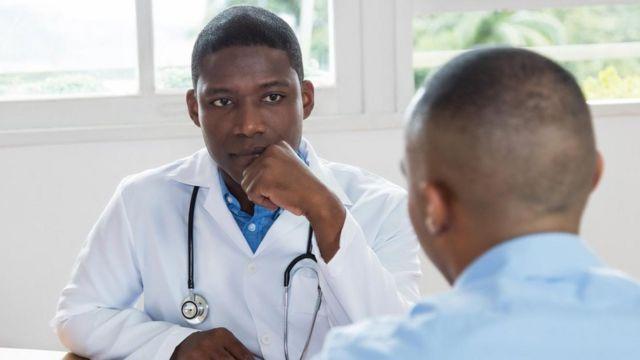 Hombre visitando al doctor