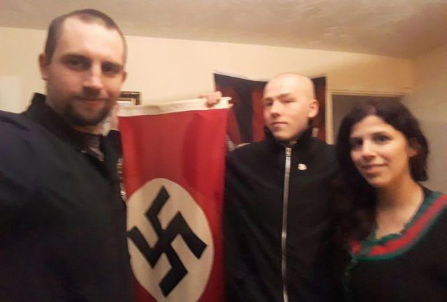 Darren Fletcher, Adam Thomas e Claudia Patatas com bandeira nazista