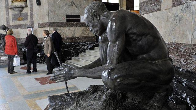 Une sculpture d'un homme africain est exposée au Musée de l'Afrique centrale (MRAC) à Tervuren dans la banlieue de Bruxelles le 9 octobre 2013  -  120298097 mediaitem120298096 - Emigration : des étudiants nigérians accumulent les diplômes pour rester en Europe