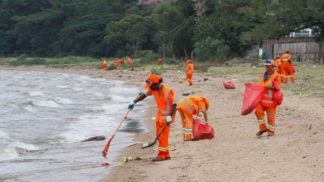 Limpeza em praia gaúcha, em foto de arquivo