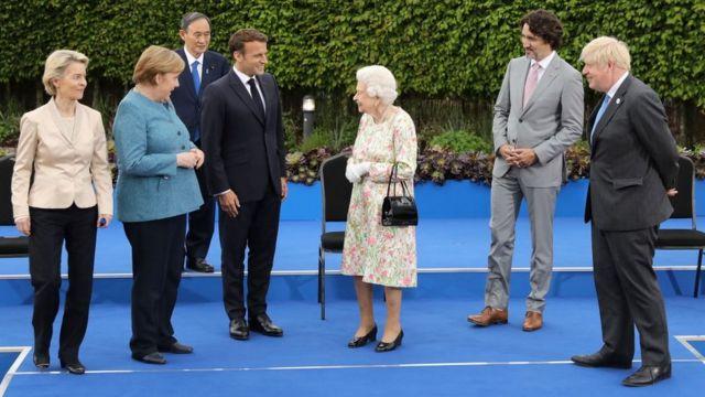 周五晚上,当女王与与会领导人一起参加伊甸园项目的招待会时,所有人的目光都集中在她身上。
