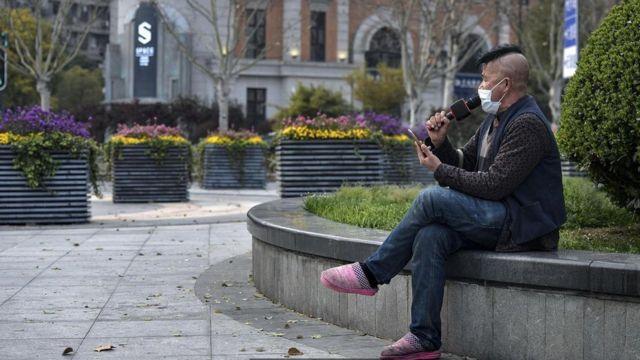 Virus corona dường như đã làm sống lại sở trường có đời sống chừng mực của người Trung Quốc, giống như người đàn ông này đang quay phim mĩnh hát độc tấu karaoke ở Vũ Hán.