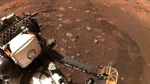 """Perseverance: cómo fue el primer """"paseo"""" del robot de la NASA en Marte -  BBC News Mundo"""